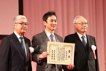 左から産経新聞社の熊坂隆光社長、高橋、日本医師会の横倉義武会長.JPG